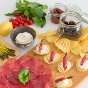 Des chips asperges rôties-bresaola-ricotta à l'apéritif
