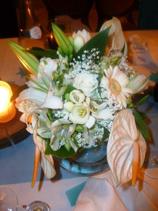 , mariage, original, bleu, chocolat, ruban organza, centre de table, fleurs blanches, vase